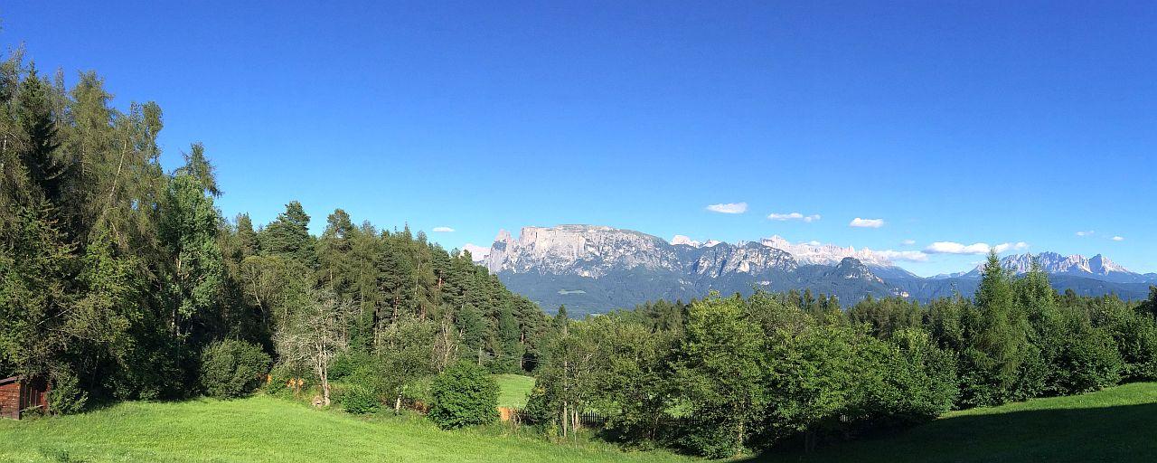 Blick vom Hotel zum Schlern, Rosengarten und Latemar