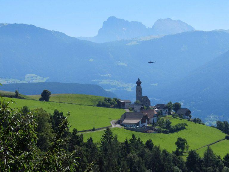 Blick auf Mittelberg mit St. Nikolaus